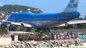 aereo decollo persone spiaggia video